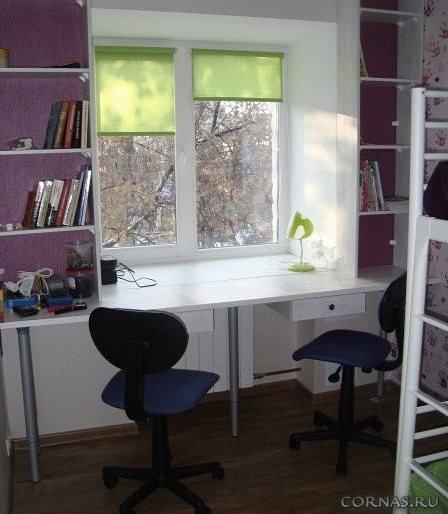 Письменный стол подоконник хорошо вписывается в интерьер дет.