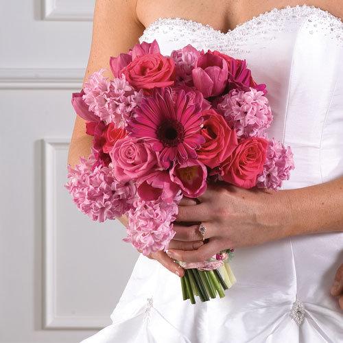 Розовый свадебный букет символизирует гармонию в семье.