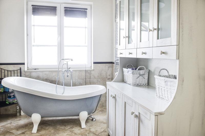 Современная светлая ванная в стиле прованс.