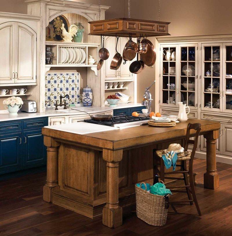Красивая кухня-столовая в стиле кантри.