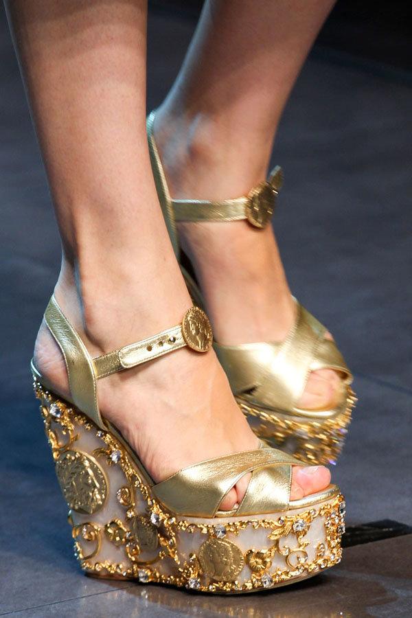 ряд генетических женские ноги в золотых туфлях фото одного
