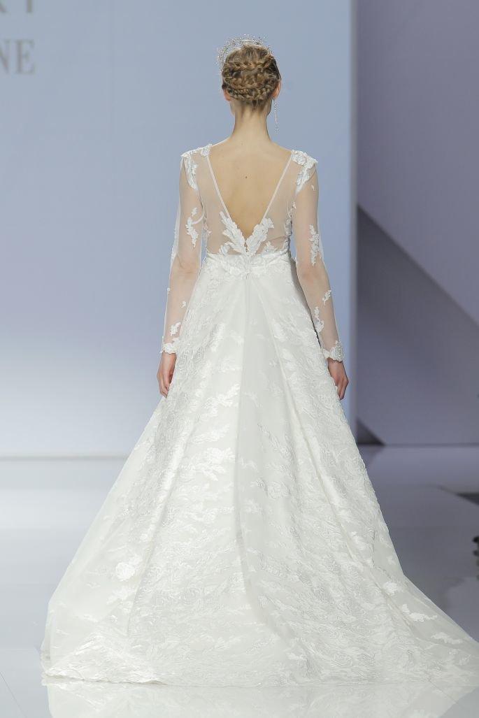 Чувственная невеста Если есть что-то, в чем можно быть уверенным относительно платья невесты, так это то, что в следующем году главным героем будет спина, и соответственно украшения на спинке платья – блестящие невероятные детали