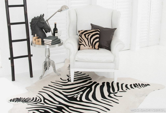 Принт зебра в интерьере: шкура и подушки