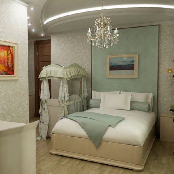 Кроватка с крышей и занавесками.