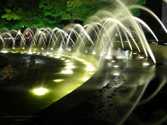Любые водные элементы являются одними из самых востребованных в декоре приусадебных участков. Правильно подобранный фонтан декоративный с подсветкой идеально впишется в ландшафт и придаст окружающему его пространству налет волшебства и загадочности.