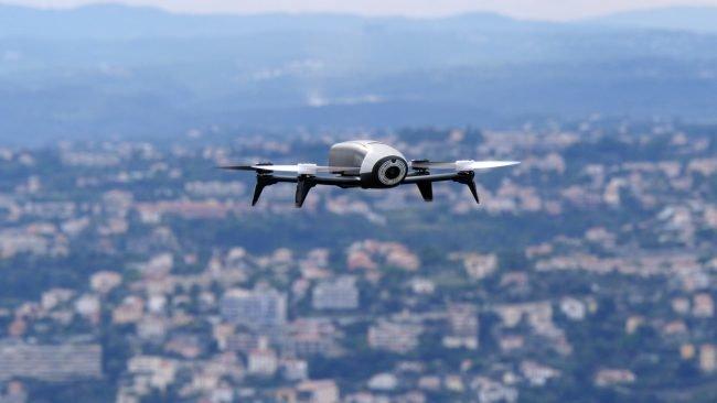 После того, как беспилотные летательные аппараты стали популярным развлечением среди китайцев, правительство страны начало задумываться о ведении регистрации дронов. Кроме того, в разработке находятся и правила пользования дистанционно управляемыми летател...