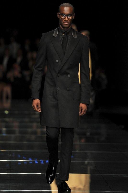 ba11ab3237b ... Мужское пальто двубортного фасона черного цвета длиной выше колен в  сочетании с рубашкой черного тона и