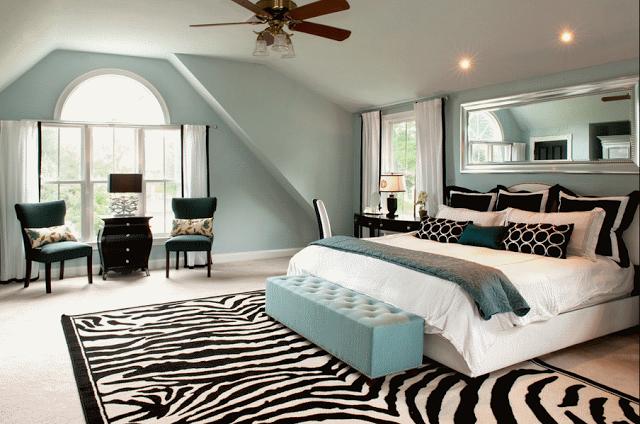 """Как применить узор """"зебра"""" в современном интерьере В традиционной спальне приглушенных оттенков, с мягким изголовьем и  красивой люстрой, банкетку можно оформить принтом «зебра»"""