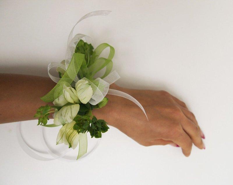 браслет из цветов в бело-салатовой гамме