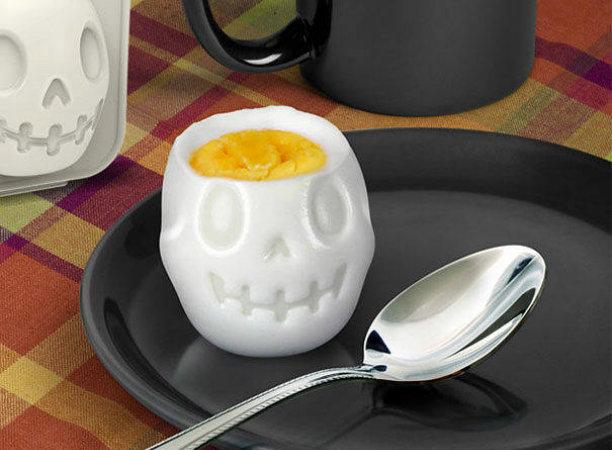 Приготовить необычный завтрак можно с помощью форм для яйца, которые бывают и квадратными, и в виде сердечек, и даже в форме черепа.