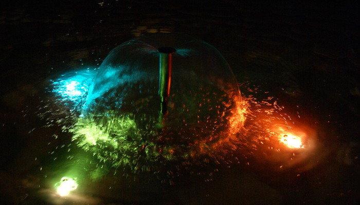 Какие бывают виды и модели светильников для подсветки прудов и фонтанов на даче