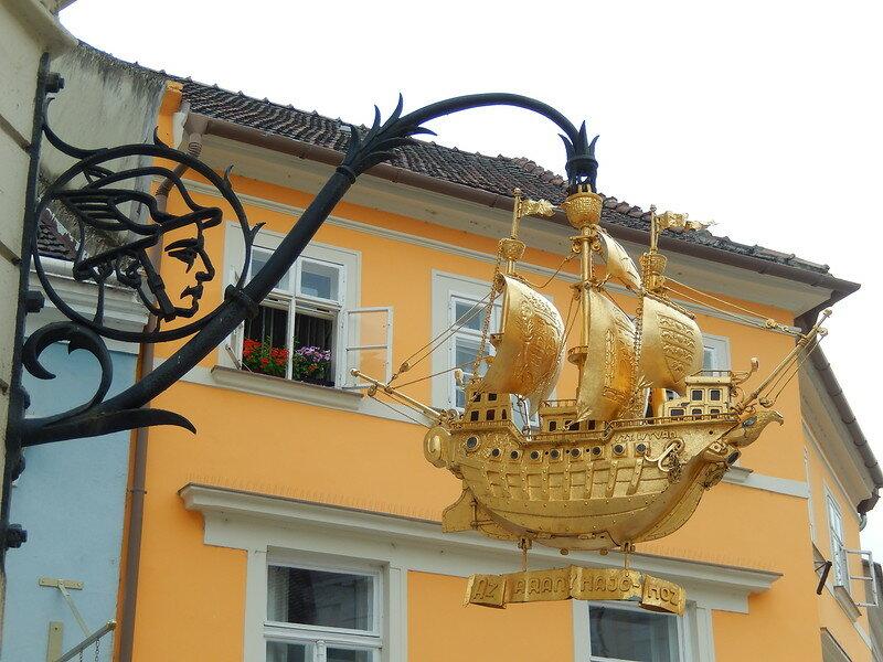 Роскошное украшение на здании аптеки (корабль символизирует средство доставки веществ, используемых для приготовления лекарственных препаратов)