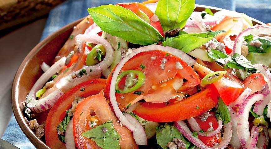 Приготовить вкусный салат из огурцов и помидоров