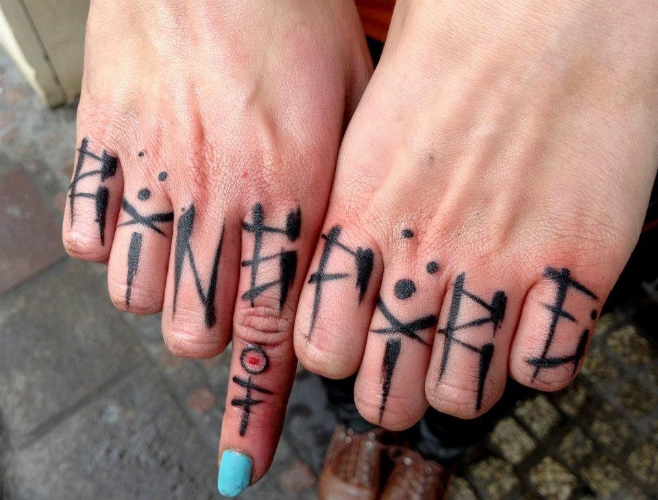 Картинки с надписями на пальцах руками