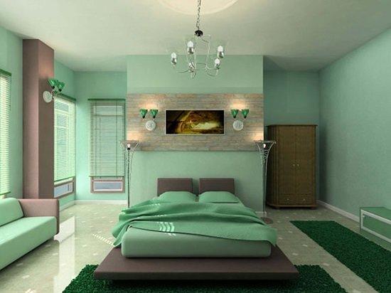 серо-зеленого цвета стены и мебель в спальне с пушистыми дорожками насыщенного зеленого цвета