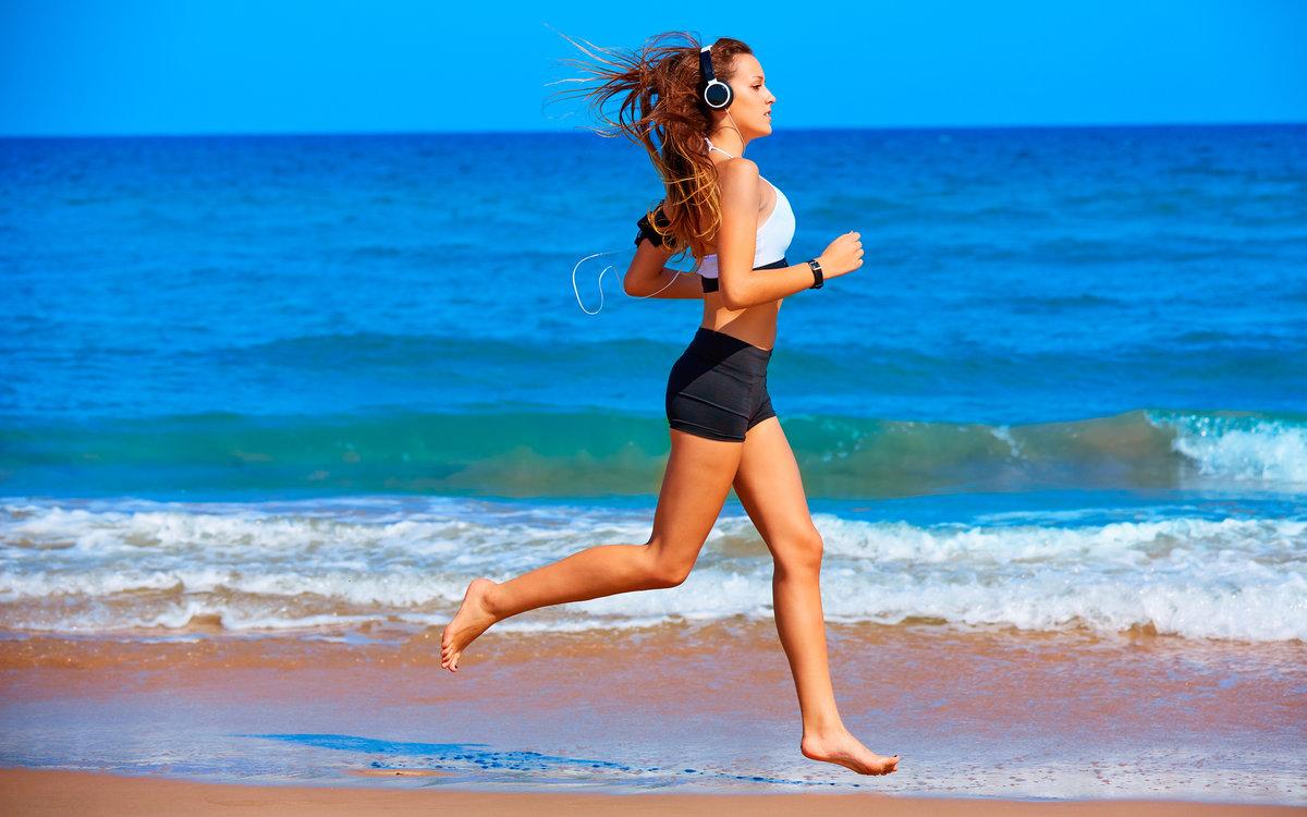 Пробежка по берегу моря