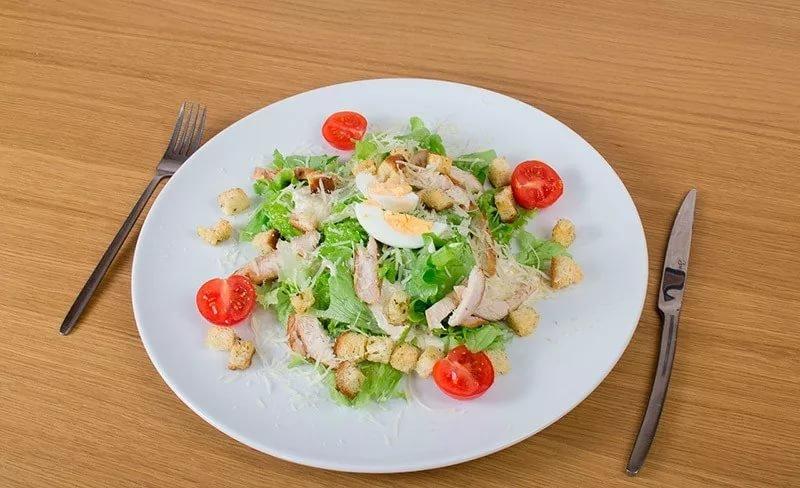 салат с куриной грудкой грудкой и сырными шариками может