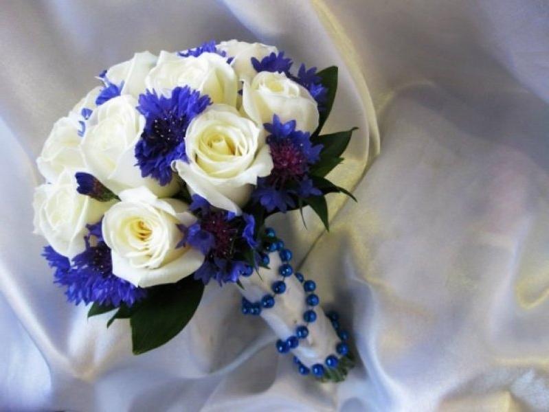 Свадебный букет из сине белых хризантем