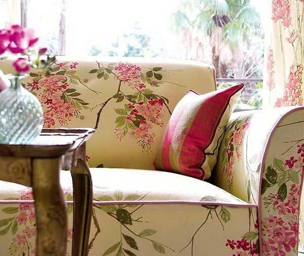 Светлый диван с цветочным принтом в гостиной
