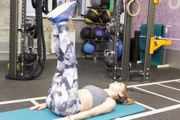 Подъёмы ног Не стоит выполнять это упражнение, если у вас слабые прямые мышцы живота. Когда вы выполняете подъёмы ног, часть нагрузки приходится на подвздошно-поясничную мышцу. При неразвитых мышцах живота подвздошно-поясничная мышца излишне напрягается и тянет за собой позвоночник. В результате вы можете получить смещение позвонков поясничного отдела. Поэтому прежде, чем выполнять это упражнение, необходимо укрепить прямые мышцы живота. Чем заменить: планкой для укрепления прямых мышц живота. Скручивания с поворотом вбок