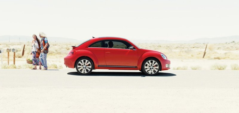 Стильный компактный Volkswagen  Beetle создан для тех, кто любит с комфортом покорять любые дороги. Созданный на платформе Group A5 (PQ35), автомобиль вобрал в себя всё самое лучшее от предшественника Beetle. По сравнению с предыдущей версией, которую можно было купить во всем мире, новый вариант изначально предназначался для внутреннего рынка США.