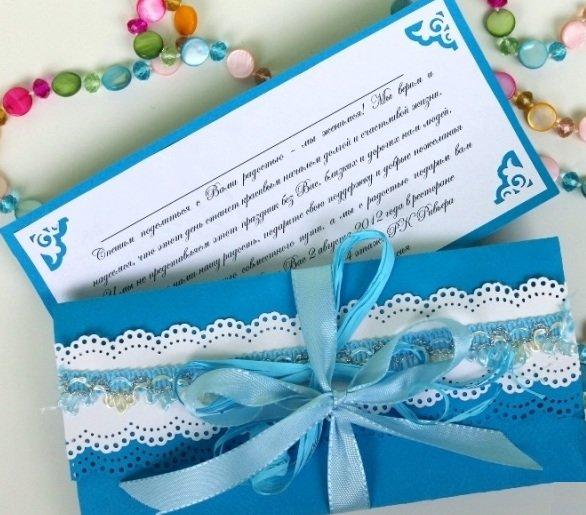 Идея свадьбы в морском стиле реализуется в пригласительных с доминированием синего или голубого цветов – символами моря. В качестве декоративных элементов украшения могут использоваться небольшие ракушки, засушенные морские звездочки, бусины, имитирующие жемчуг.