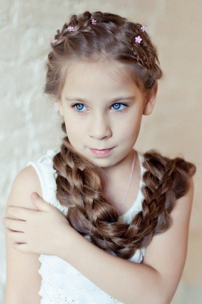 Независимо от возраста, девочки любят хвастаться перед одноклассницами красивой причёской.