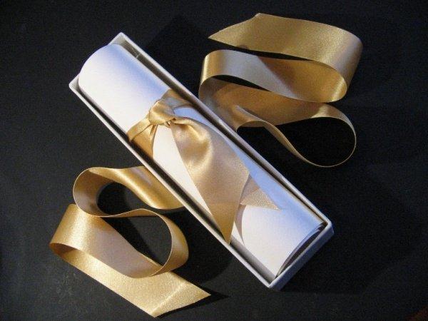 приглашение в виде свитка в коробочке с золотистой лентой