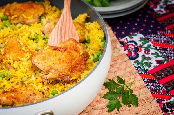 Рецепт сытного и вкусного обеда. Готовим куриные бедрышки, запеченные вместе с рисом, карри и зеленым горошком.