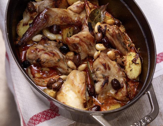 После приготовления мясо нужно выложить на большую тарелку.