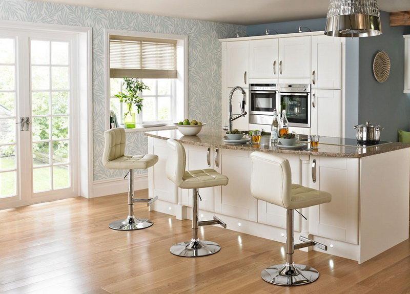 Бежевые кожаные барные стулья на кухне