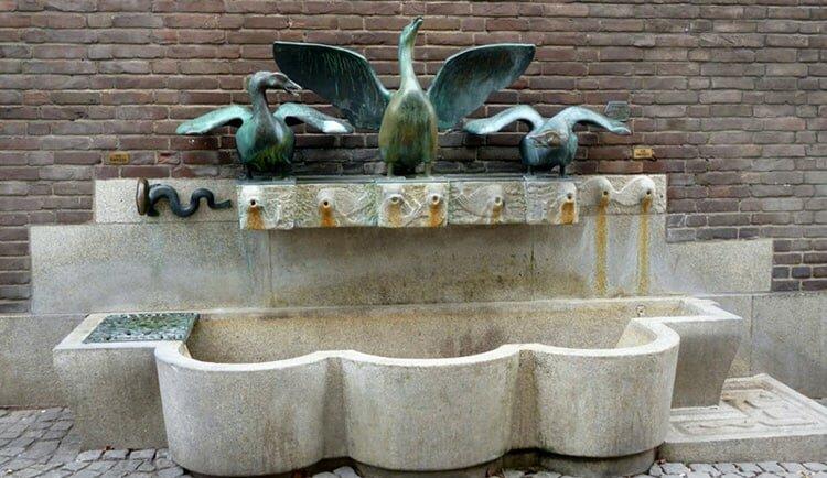 Фонтан с тремя гусями