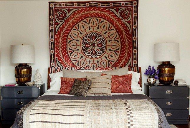 Маленькая спальня с ковром на стене