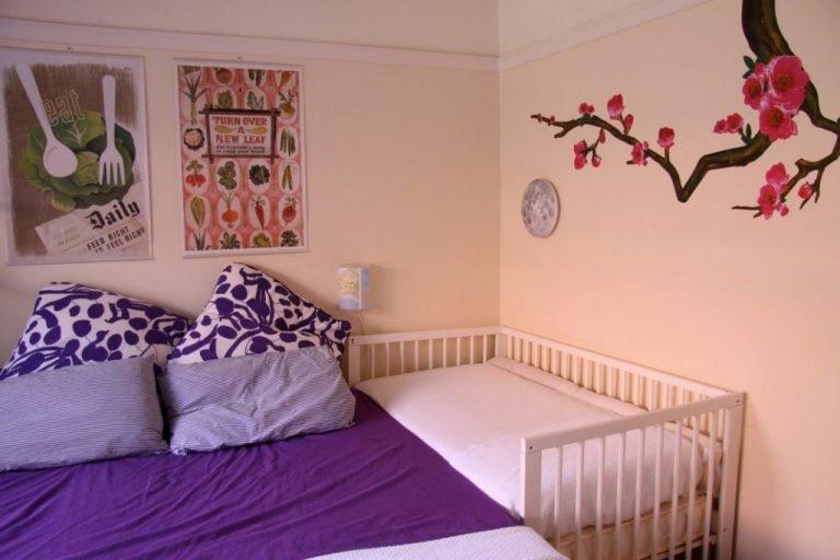 Самая распространенная ситуация, когда детская кроватка в спальне родителей занимает место рядом с супружеской кроватью, что создает удобство для присмотра за малышом.