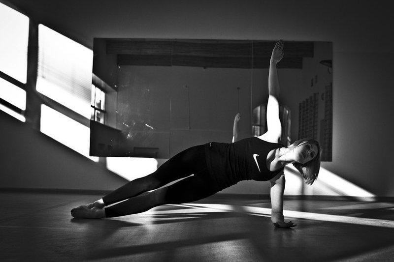 Пилатес - комплекс упражнений для всего тела, который развивает гибкость и подвижность. Пилатес - один из самых безопасных видов тренировки. Никакие другие упражнения не оказывают настолько мягкого воздействия на тело, одновременно укрепляя его. Пилатес укрепляет мышцы-стабилизаторы, выполняющие роль