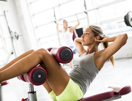 Мышцы-сгибатели шеи Вы когда-нибудь замечали, что, когда вы держите планку, ваш подбородок устремляется к полу? Или то, что ваша голова, кажется, управляет процессом, когда вы выполняете скручивания? «Это означает, что привести ваш брюшной пресс в движение пытаются мышцы шеи, в частности, грудино-ключично-сосцевидная и лестничная», — говорит специалист по двигательной системе Перри НИКЛСТОН, автор книги «Stop Chasing Pain». Для того чтобы снова заставить брюшной пресс работать, ваша голова должна быть на одной линии с плечами, а подбородок подобран. А так как задняя часть шеи часто напряжена и зажата, прежде чем делать какие-либо упражнения на пресс, необходимо снять напряжение в этой зоне. Лягте на пол лицом вверх с двумя теннисными мячами, расположенными у основания черепа с обеих сторон позвоночника. Удерживайте положение 2 минуты.