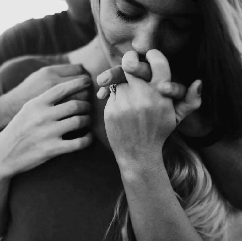 Картинки девушка руку держит целует