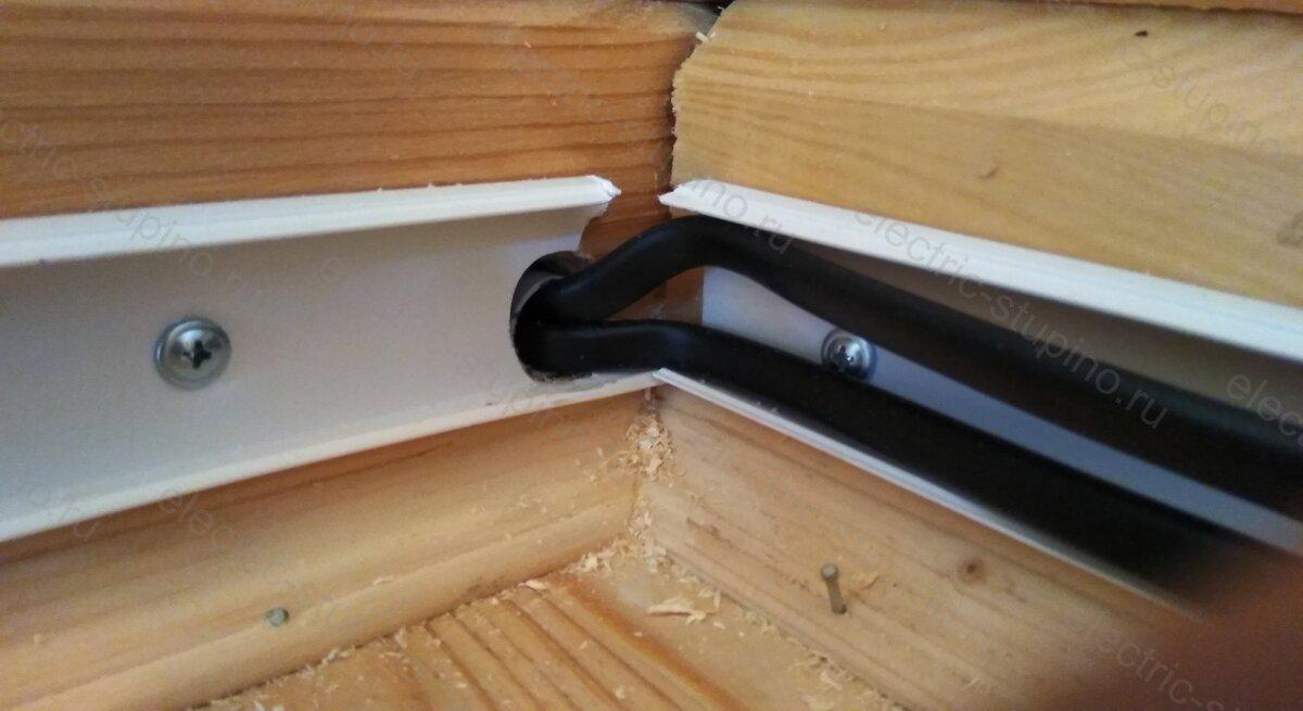 Прокладка кабеля в отверстие в деревянном доме