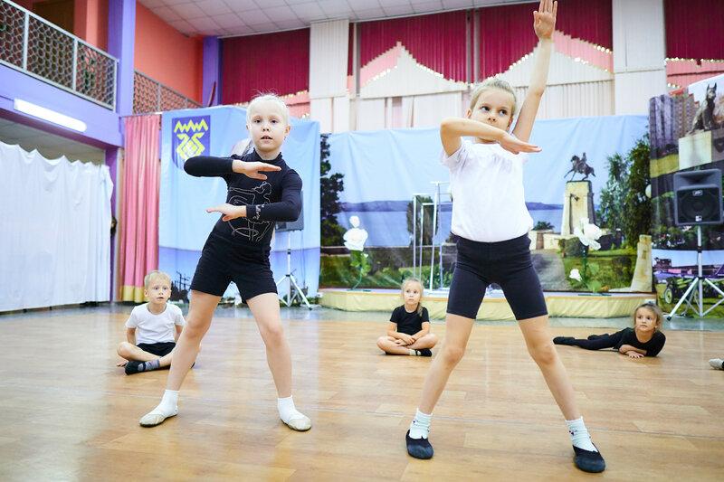 Наши самые юные танцоры. Разминка и импровизация