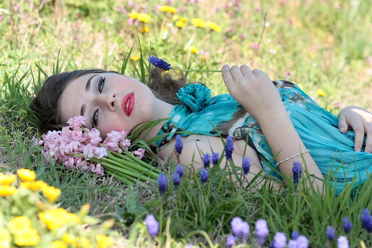Картинка женщина в цветах лежит