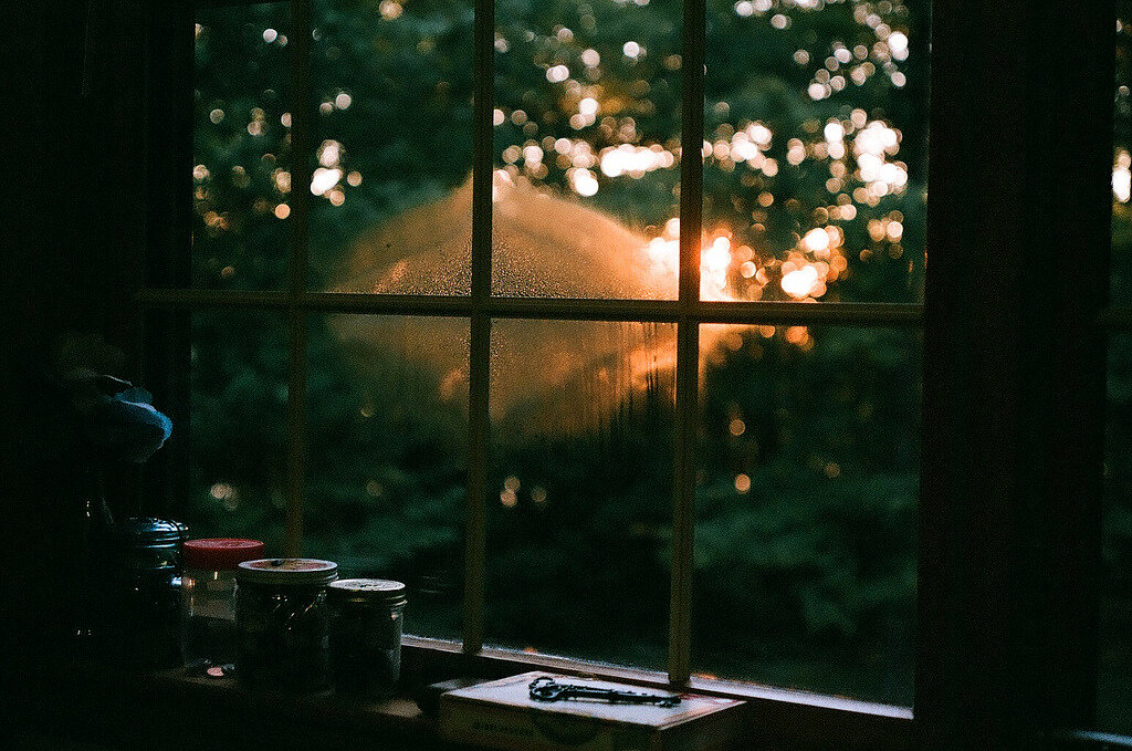 этом дождь в открытом окне ночью фото красивые длинные волосы