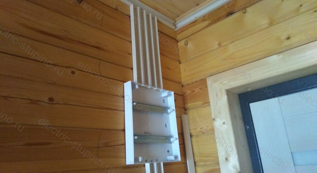 Установка пластикового накладного электрощита в деревянном частном доме своими руками