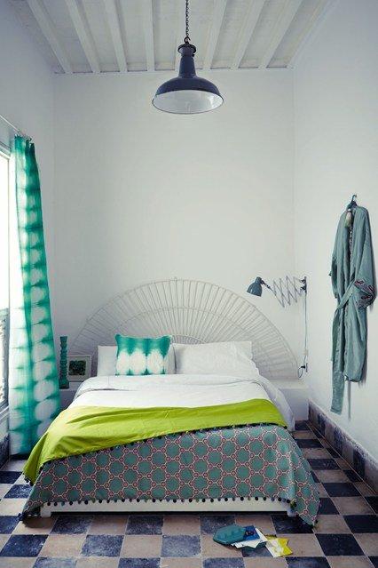 Основная задача в интерьере маленькой спальни — это экономия пространства и зрительное его расширение при помощи различных дизайнерских хитростей