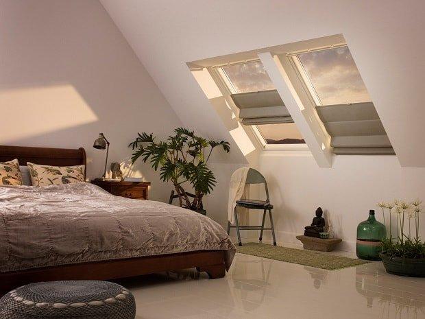 Для мансардных окон можно подобрать различные виды штор, в том числе и классические.