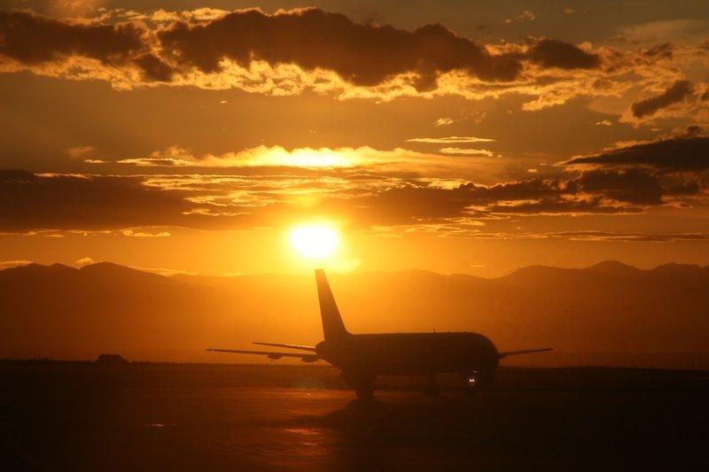 Самолет в лучах заката