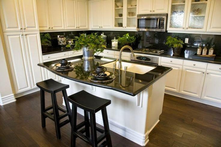 белого цвета матовая кухня с островом с белого цвета основанием и черной глянцевой столешницей с мойкой