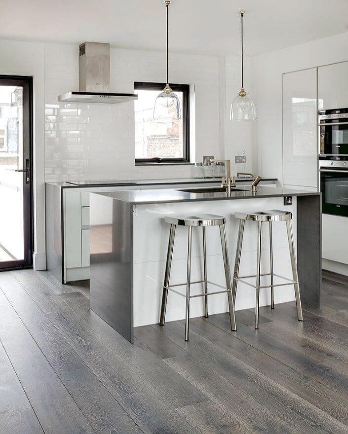 кухня в белом глянцевом цвете с серебристого цвета островом с мойкой