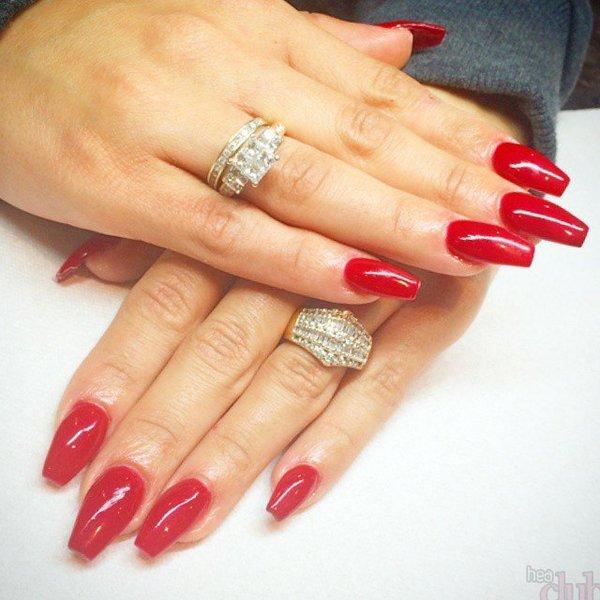 Форма ногтей балерина в красном цвете