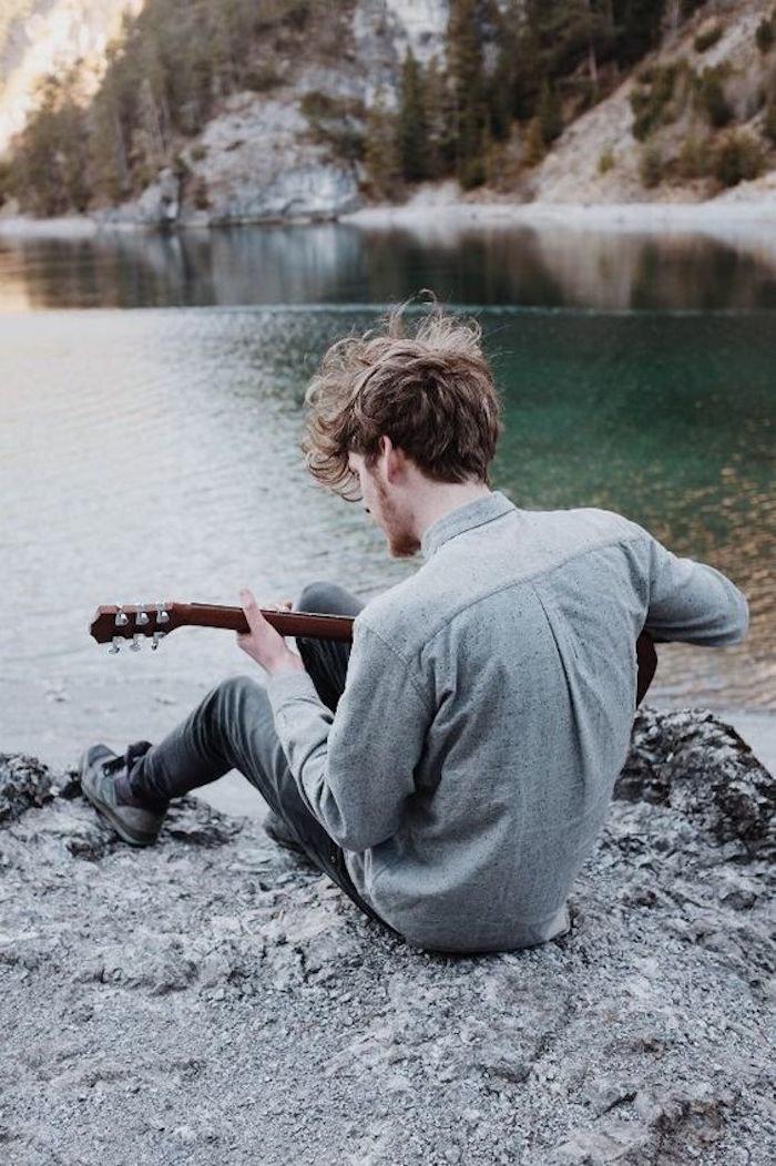 Картинки на берегу реки парень