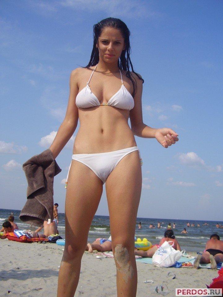 Красивая девушка в купальнике на пляже видео онлайн — 9